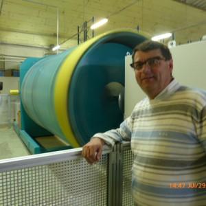 Paul De Montclos devant la nouvelle machine