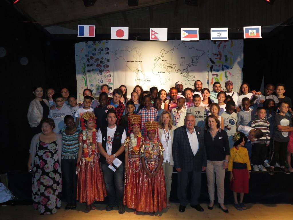 """Les enfants du village """"Copain du mondeé de Xonrupt avaient préparé un spectacle spécialement pour la venu de leur marraine au centre des Jonquilles"""