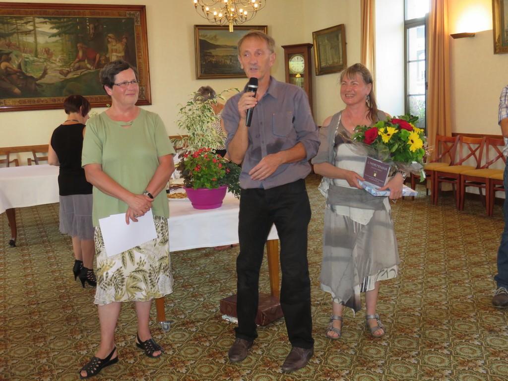 L'adjointe à l'éducation Marie-Rose Briot (à gauche) a retracé les carrières de Michel Mathieu et Evelyne Mathieu