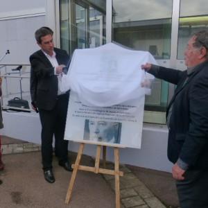 La plaque qui sera prochainement imposé sur la facade de l'hopital dévoilé par le maire et F. regaud