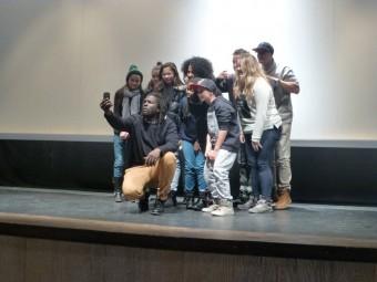 Blade MC, un des acteurs, fait un selfie avec les jeunes venus voir le film.
