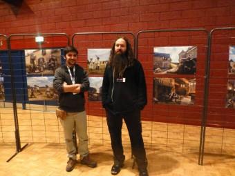 Les deux artistes devant leurs réalisations. David à droite et Ronan à gauche.