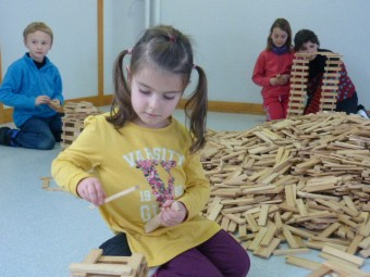 Les enfants jouant aux jeux de construction proposés.