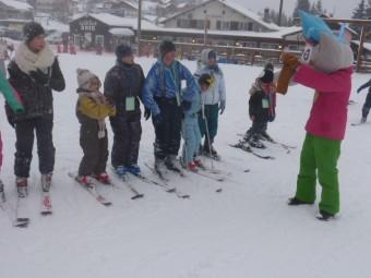 Les enfants accompagnés de Loustic la mascotte du domaine.