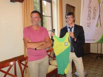 Thibault et Arnaud Tixier lors de la cérémonie donné en l'honneur du jeune sportif cet été