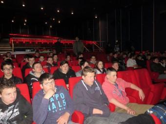 Près d'une centaine d'élèves ont participé à cette conférence interactive dans la slle de cinéma du casino Joa