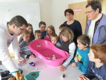 Les enfants en compagnie de Victor, stagiaire de l'IUT d'Epinal