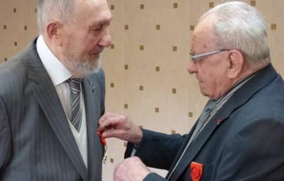Remise de la médaille par Robert Kleindienst à droite