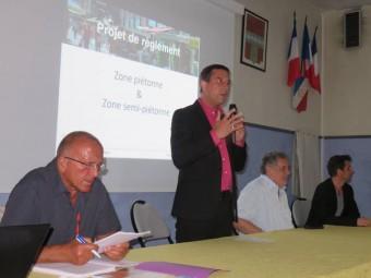 Le maire de la Perle a animé les débats après la présentation du projet de règlement par Aline Toussaint, architecte