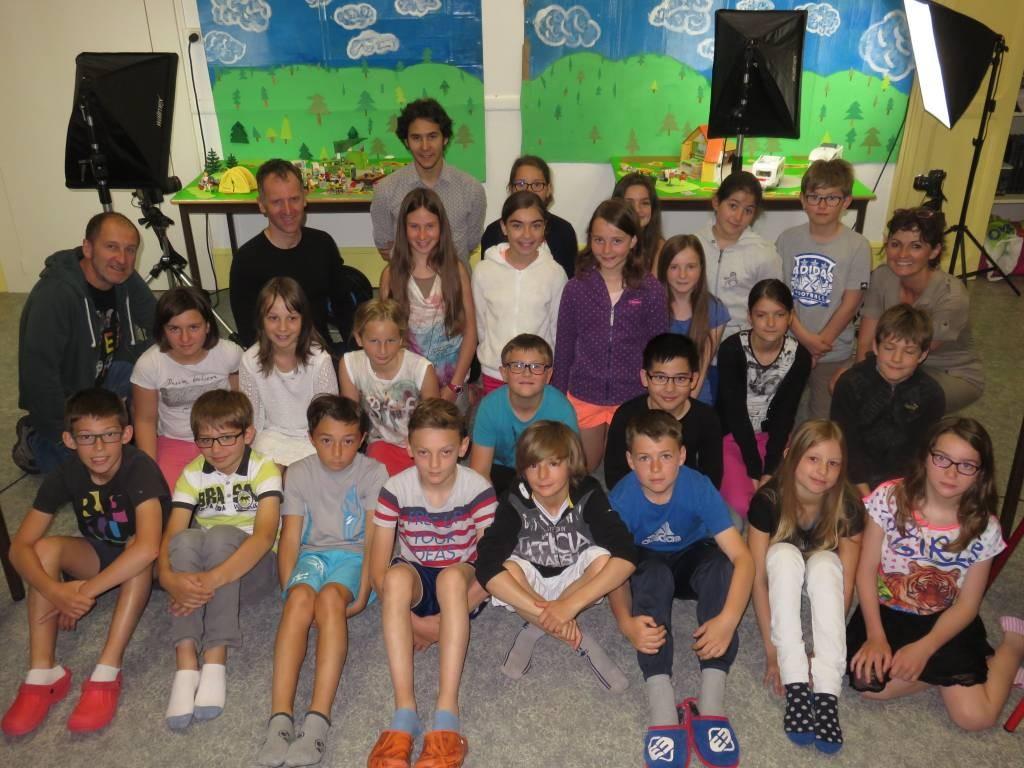 Les écoliers avec Francis & Paul Gremillet, Stéphane Bubel ainsi que Christelle Jardiné de la Ludothèque