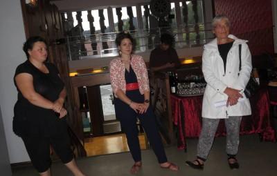 Mathilde Joly (au centre) en compagnie de Lydie Guillemain et Delphine Aubry, responsable de la commission chargée de programmer les expositions