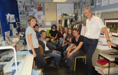 David Demange en compagnie des élèves de l'atelier et de la documentaliste de l'établissement Mélanie Colin, particulièrement impliquée dans le projet elle aussi