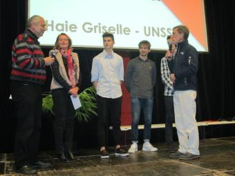 Bernard Krid et l'enseignante d'EPS Muriel Colin en compagnie des représentants de chaque équipe UNSS