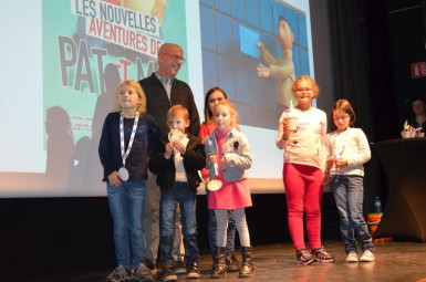 Les écoliers de Notre Dame sur les planches du cinéma André Bourvil en compagnie de Jean-Marie Gousset