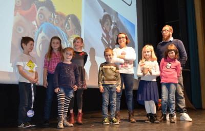 """Les enfants de l'accueil de loisirs, ici avec Julien Thibault, ont attribué leur prix à """"Ma vie de courgette"""""""