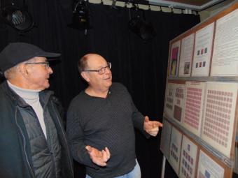 L'exposant Bernard Luezas (à droite sur la photo) fait faire un petit tour du propriétaire à un visiteur