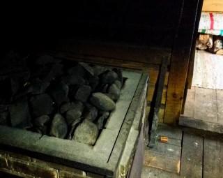 Suitsusaun : le foyer et ses pierres, sur lesquelles on jète de l'eau pour créer la vapeur d'eau. (Estonie, Mikitamäe. Crédits : VàR.)