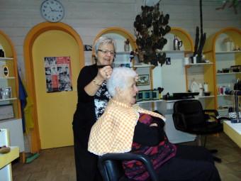 Martine en train de coiffer Georgette, cliente fidèle depuis 42 ans !