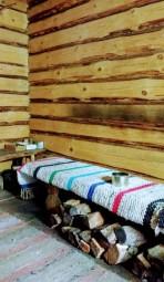 Suitsusaun, la salle de repos. L'entrée du sauna. (Estonie, Mikitamäe. Crédit : VàR.)
