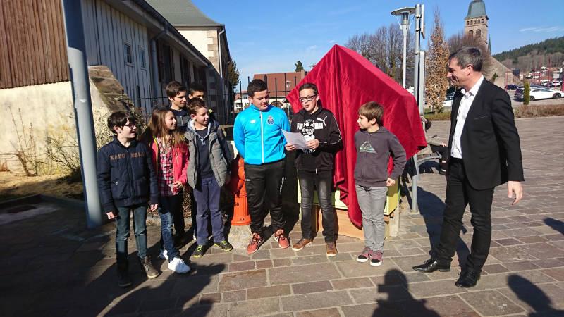 Les jeunes conseillers ont inaugurer la gift box baptisée Book'In en présence du maire et de nombreux élus