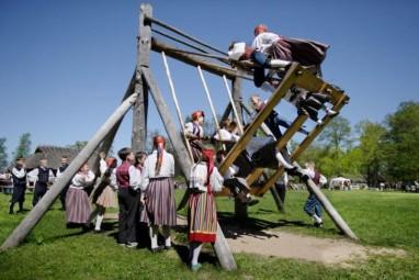 Le kiik, la balançoire seto. Crédit : www.estonianworld.com