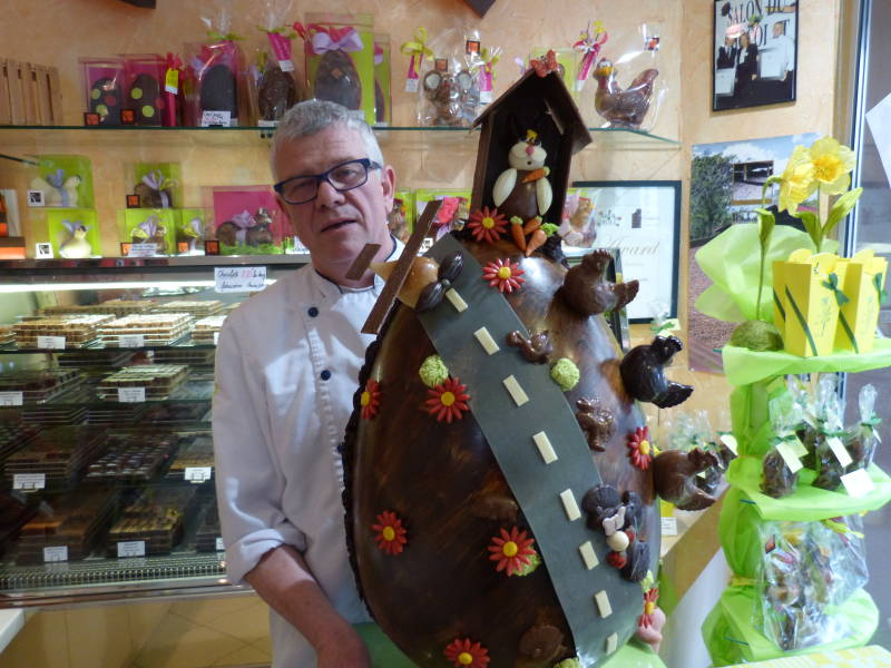 Jean-Emile Schmitt présente l'œuf géant réalisé par son fils jérômoe
