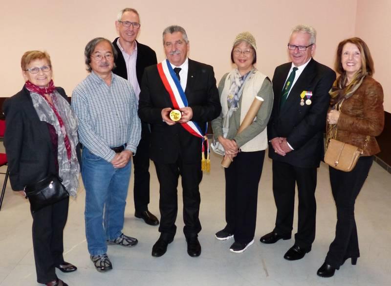 Phyllis et Kelvin avec le Maire Yves BONJEAN et les membres de l'assossiation