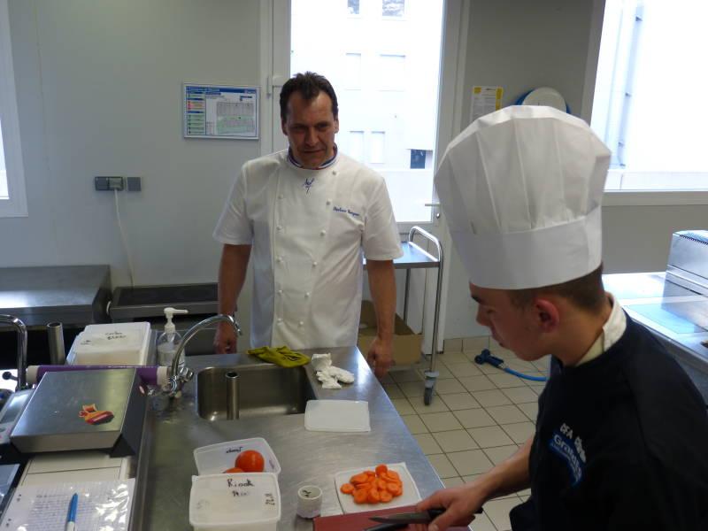 Stéphane Georgon observe un élèves