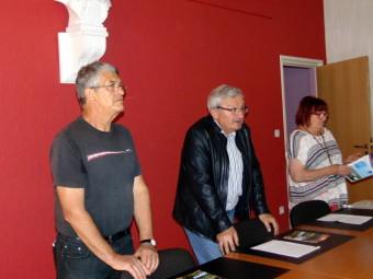 Hervé Badonnel (au centre) a souhaité remercier les associations qui ont participé à l'élaboration du guide et qui entretiennent bien souvent les sentiers.