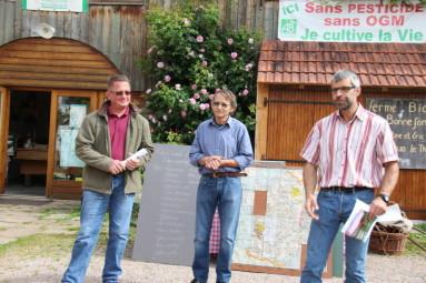 Gérard Clément, VP de la com-com, et André Lejal, adjoint à la communication sont venus dire un mot sur la fête du paysage en présentant l'exploitation agricole d'Eric Boon.
