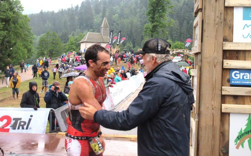 Ruben Ruzafa a droit à la traditionnelle poignée de mains de l'organisateur Bernard Charbonnier