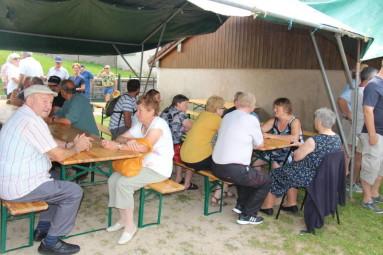 Le pique-nique annuel du village a permis aux artistes et aux habitants de Liézey de faire connaissance...