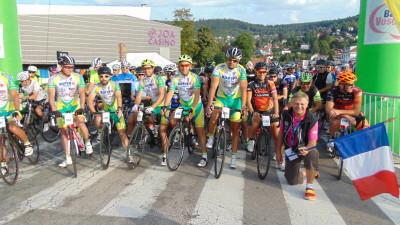 Les sociétaires du Vélo Sports Gérômois sur la ligne de départ du 90 km en compagnie de leur président Jean-Claude Ruer