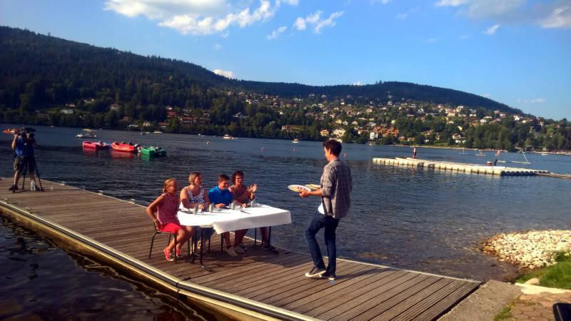 Le jury dégustation au bord du lac s'apprête à goûter les tartes aux brimbelles