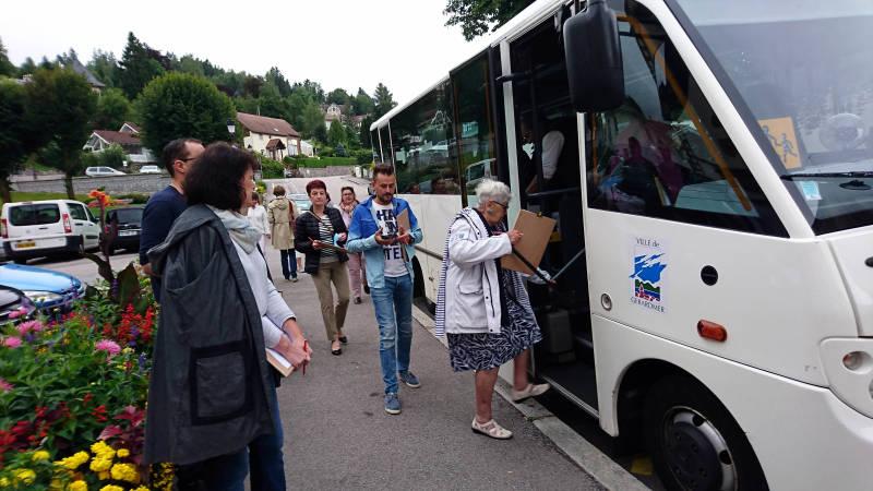 La tournée est relativement longue et s'effectue donc en grande partie e, bus.