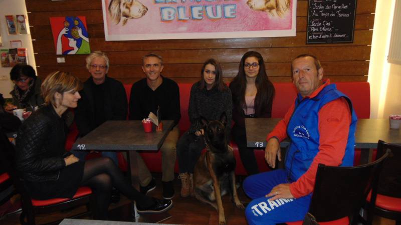 Une partie de l'équipe du film lors du tournage au bar de l'Hôtel de Ville lundi 9 octobre.