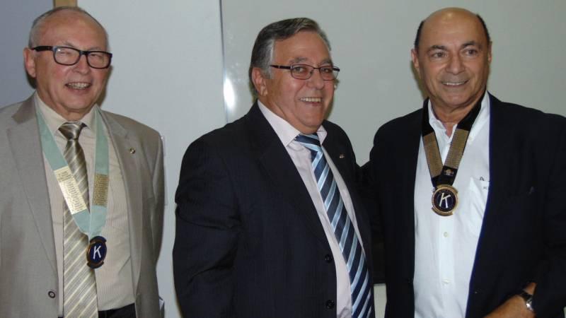 Bernard Kraft (au centre) en compagnie de ses amis du Kiwanis à l'occasion d'une cérémonie de passation