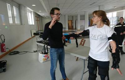 L'animateur d'ALEP Damien Boyer équipe une personne du simulateur.
