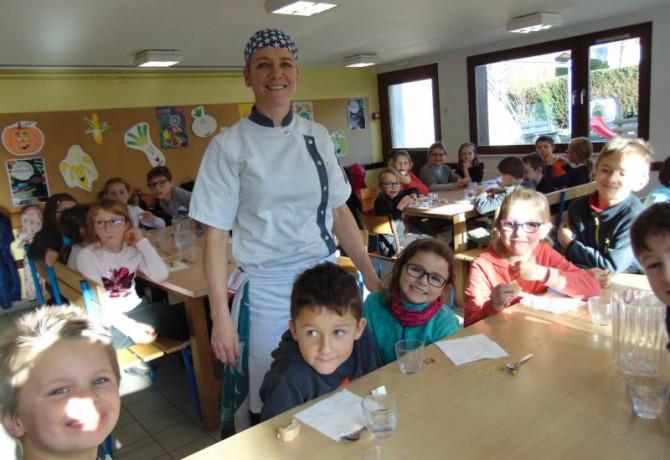 Les écoliers de primaire en compagnie du chef Sabrina à l'heure de la dégustation du fromage !