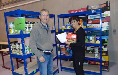 Pierre géhin et les bénévoles lors de la mise en magasin des produits ce mardi matin.