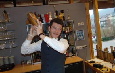 Kevin shake son cocktail juste avant de le verser dans des verres appropriés.