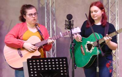 Marie et Maureen, élèves du régional de l'étape, Daniel Colnat, professeur de guitare à la MCL de Gérardmer