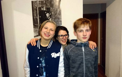 Alena (à gauche sur la photo) en compagnie de son correspondant Tristan et e sa maman Lucile.