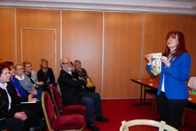 5-Florence Malaise présente son fanion de gouverneur 2017-2018 (Copier)