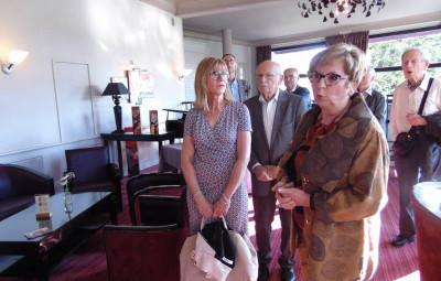 Huguette Lecomte s'est fait un plaisir de présenter son exposition aux personnes présentes lors du vernissage.