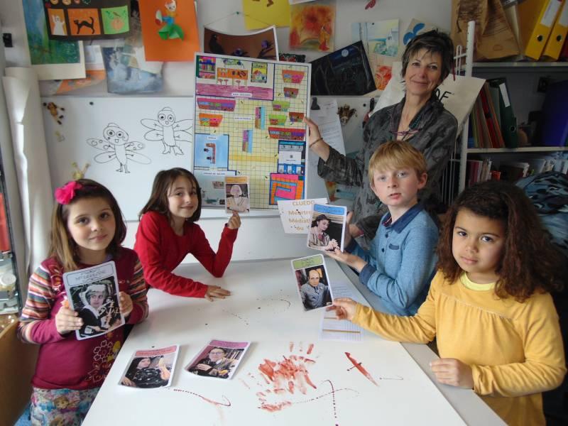 Sophie Clair et les enfants présentent le cluedo réalisé spécialement pour l'occasion...