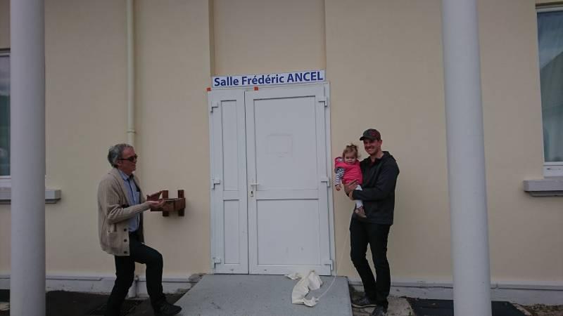 Thibault, le fils de Frédéric, et sa fille Laureen ont découvert la plaque on nom de Frédéric Ancel.
