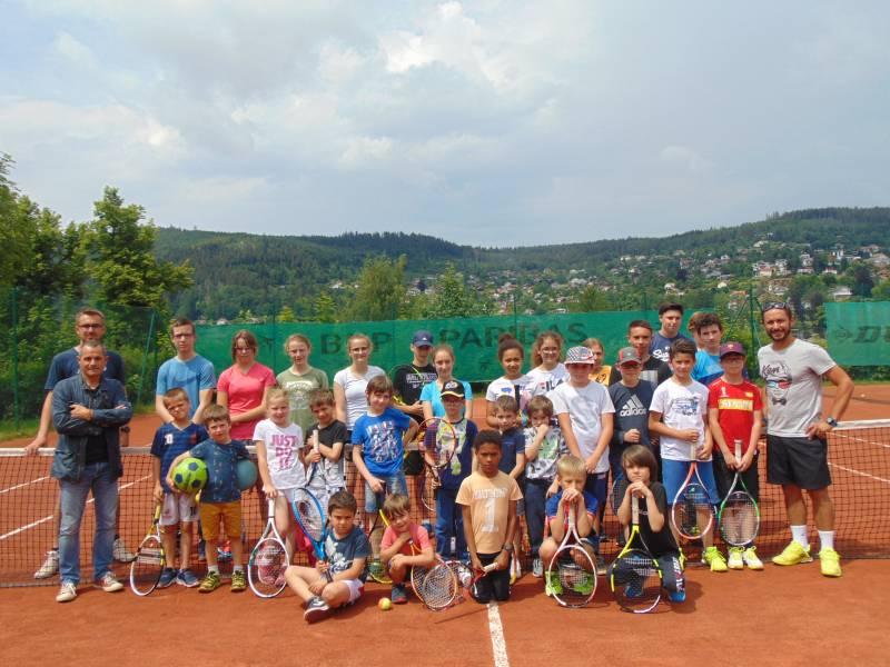 Les jeunes de l'écoles de tennis en compagnie de Charles-Edouard Valence, Yves Grossier et Xavier Krzemianowski