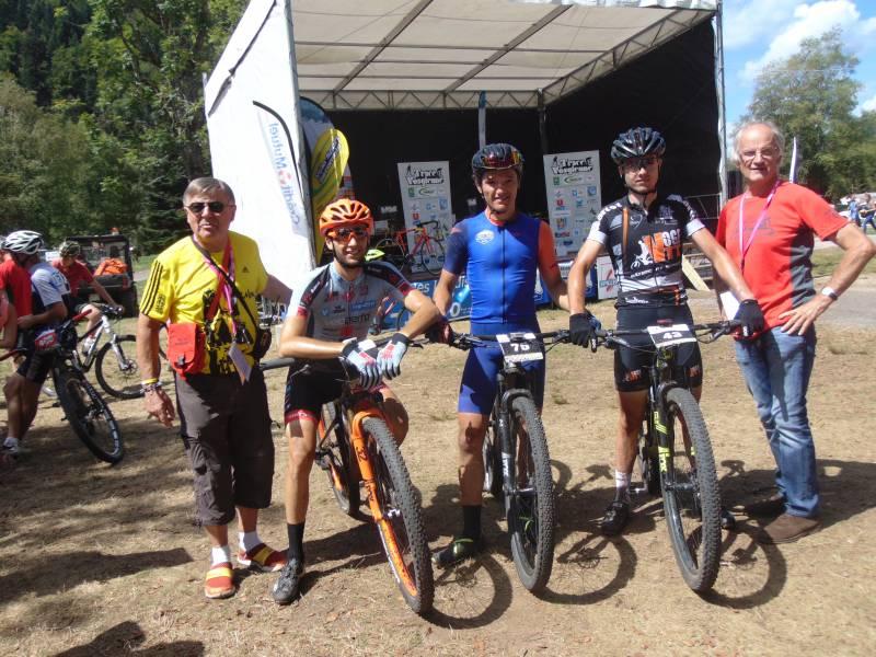 Le trio de tête du 75 km en compagnie de Jean-Claude Ruer et Christian Batoz, président du comité d'organisation de la Trace VTT.