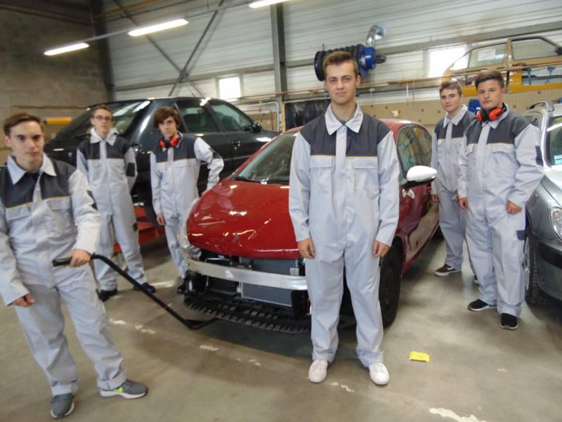 Premier équipement et première journée à l'atelier pour ces élèves carrossiers.